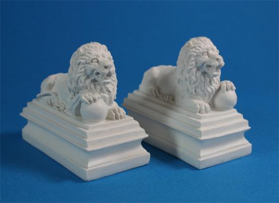 Mb0161 - Dos estatuas de león