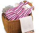 Re18261 - Basket with clothes