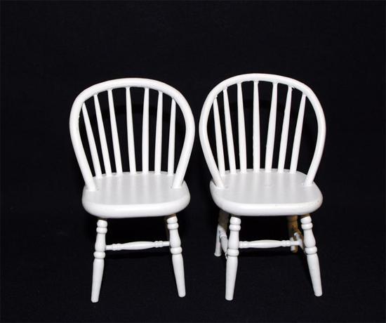 Mb0411 - Dos sillas blancas